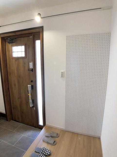 玄関・有孔ボード